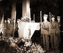 """Poljska javnost nikada nije poverovala bez ostatka u britansku verziju po kojoj je pogibija generala Sikorskog okfalivikovana kao """"misteriozni akcident"""". Posmrtne ostatke svog generala i predsednika vlade, Poljaci su iz Londona preneli u zemlju i sahranili uz sve državne i vojne počasti."""