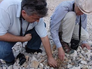 12.5.2006. Deni Novak i Dušan Bastašić na području nekadašnjeg logora Slana na otoku Pagu, Hrvatska