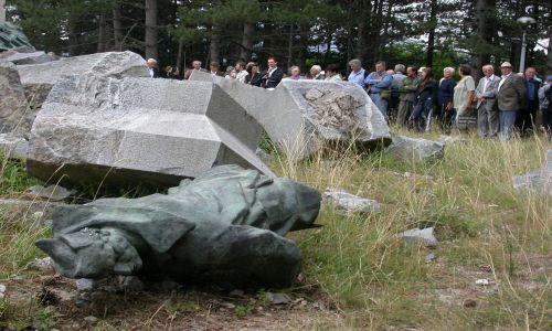 Srušen spomenik u Srbu