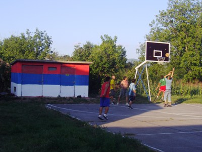 Povratak omladine na košarkaški teren / u pozadini: okrečena i pomoćna kućica /