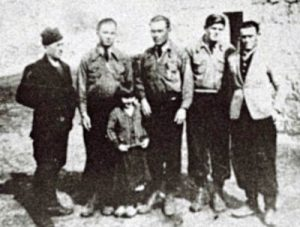Šestoro preživjelih Crnogoraca: PERO, RAJKO, ILIJA (Rajkov brat), LUKA i MIJO, a ispred njih MARA CRNOGORAC