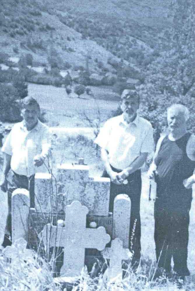 Braća VELjKO, TODOR i BOŽIDAR BOŠKOVIĆ nad oskrnavljenim i oštećenim porodičnim spomenikom na groblju u Donjim Rujanima