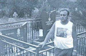 MILE BOŠKOVIĆ pored spomenika koji su on i brat mu Ilija podigli roditeljima u Rujanima (snimljeno u ljeto 1990. godine), a tu počiva i Milev trogodišnji sin Dragan