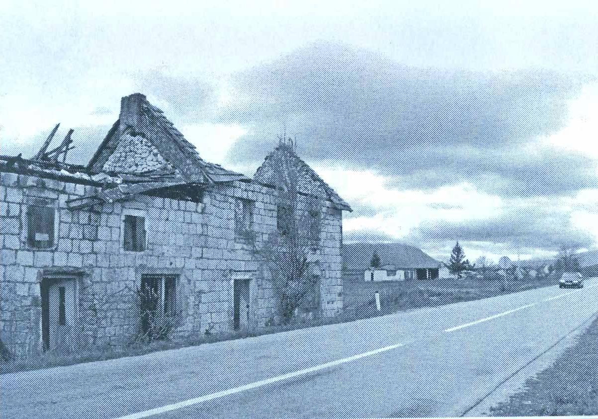 Ruine srpskih kuća u Čelebiću u jesen 2007. godine (u pozadini je ruševina kuće Duška Šunjke.