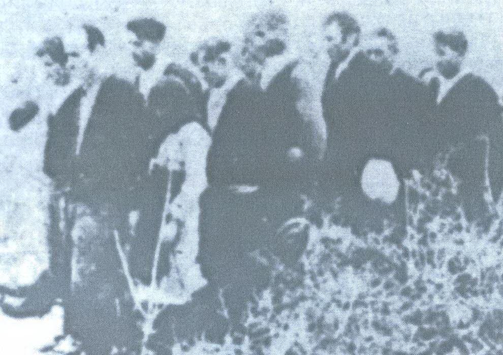 Preživjeli iz jame Bikuše neposredno poslije rata pokazuju kako su ih vodili na gubilište