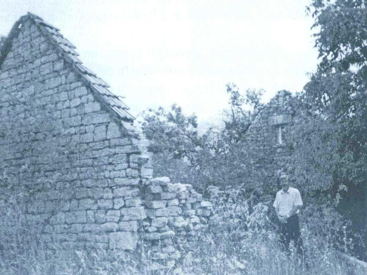 TODOR BOŠKOVIĆ ispred zidine razorene porodične kuće u Donjim Rujanima