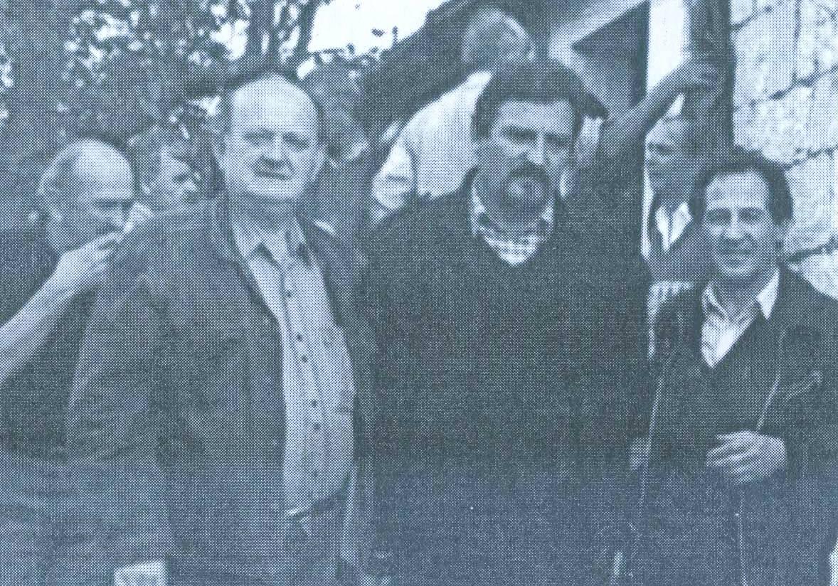 Autor knjige sa Svetom Ljubojom i popom Mirkom Jamedžijom pred kućom Boškovića u Rujanima po povratku sa jame Ravni Dolac 8.juna 1991.
