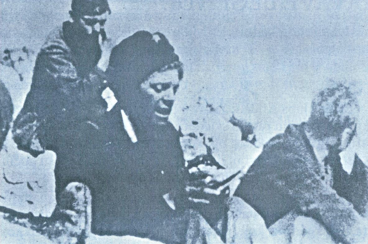 """Једна од посљедњих фотографија ИВАНА ГОРАНА КОВАЧИЋА: можда је баш тада друговима на положају читао стихове """"Јаме""""…"""