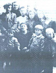 Neki italijanski vojnik je 21. avgusta 1941. godine snimio grupu srpske djece pred kućom ILIJE KONjIKA, gdje su bila sklonjena pred prijetnjama ustaških koljača. S lijeva na desno, u prvom redu: MILA i MLADEN VULETA, DRAGINjA KONjIK (Ilijina supruga), MILAN VULETA I SVETOZAR LjUBOJA. U drugom redu: NIKOLA LjUBOJA, BLAGOJE KONjIK, VLAJKO LOVREN, NEVENKA KONjIK i GOSPAVA KONjIK. U trećem redu: ANGELA PAVLOVIĆ, IKONIJA ŠEŠUM i BOSILjKA LjUBOJA