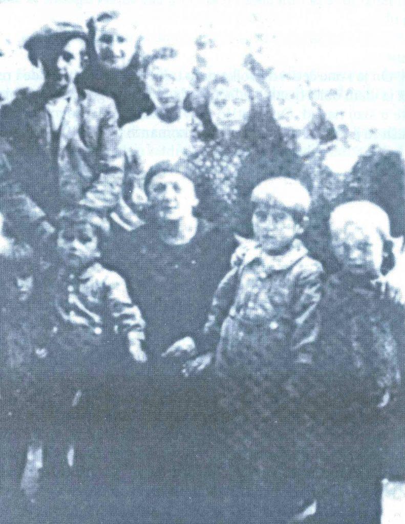 Neki italijanski vojnik je 21. avgusta 1941.godine snimio grupu srpske djece pred kućom ILIJE KONjIKA, gdje su bila sklonjena pred prijetnjama ustaških koljača. S lijeva na desno, u prvom redu:MILA i MLADEN VULETA, DRAGINjA KONjIK (Ilijina supruga),MILAN VULETA I SVETOZAR LjUBOJA. U drugom redu: NIKOLA LjUBOJA, BLAGOJE KONjIK, VLAJKO LOVREN, NEVENKA KONjIK i GOSPAVA KONjIK. U trećem redu: ANGELA PAVLOVIĆ, IKONIJA ŠEŠUM i BOSILjKA LjUBOJA