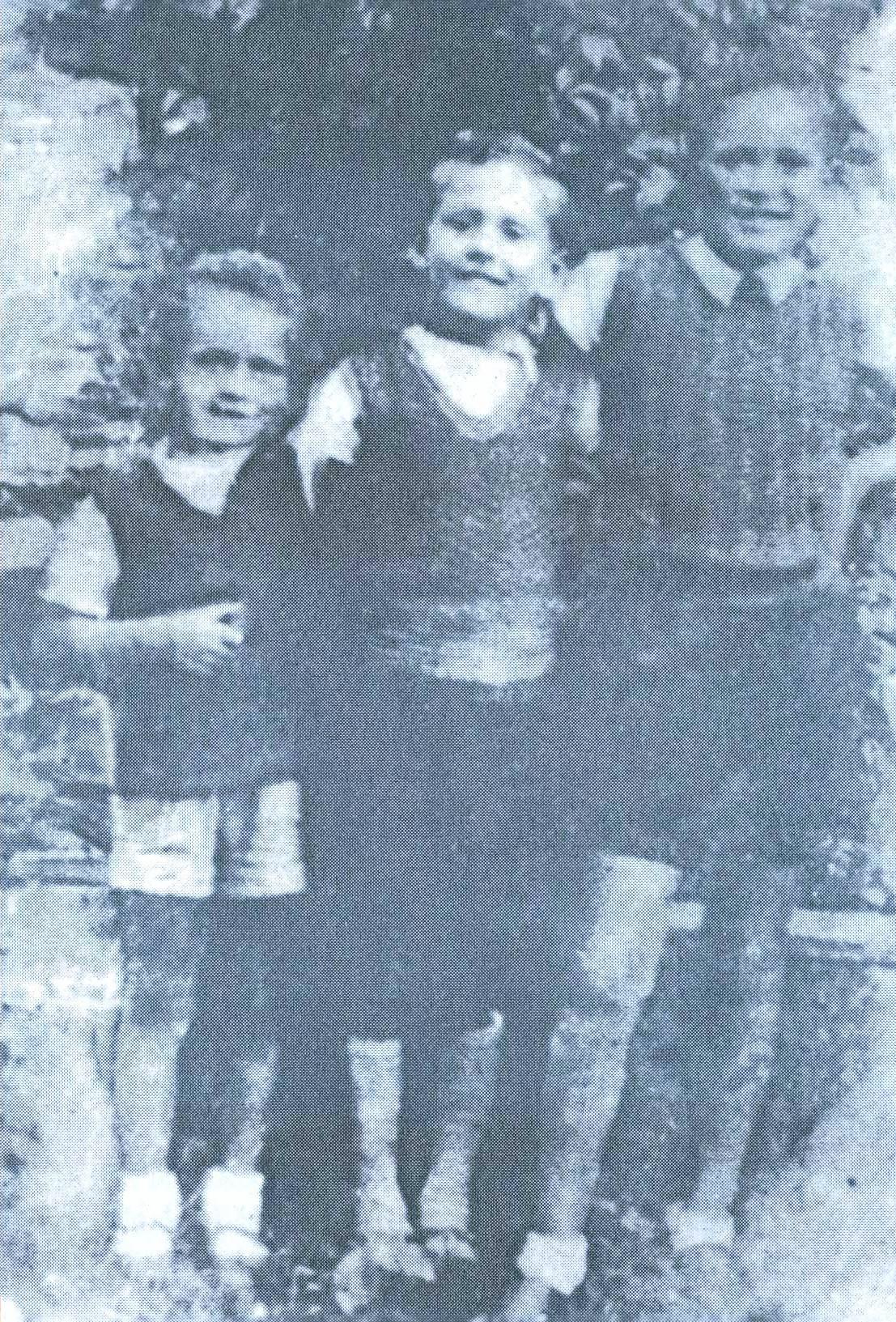 """Sinovi livanjskog trgovca RADA RADETE, NIKOLA, DEJAN I MILOŠ poklani su u šumi Koprivnici zajedno sa majkom VESELINKOM i bakom, sedamdesetjednogodišnjom MILKOM ANĐIĆ, samo mjesec dana poslije oca ( zanimljivo je da se u ovdje citiranom dokumentu spominju samo """"dva sina mala"""" Rada Radete, nema ni njihove majke, ni babe)"""
