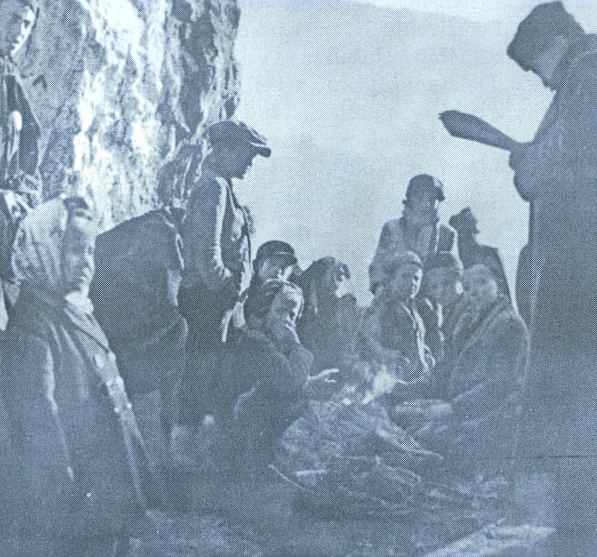 """Zbjeg Srba u jednoj od pećina u okolini Livna (snimio poznati ratni snimatelj i reporter Žorž Skrigin) u kojoj je Ivan Goran Kovačić, navodno, napisao """"Jamu"""""""