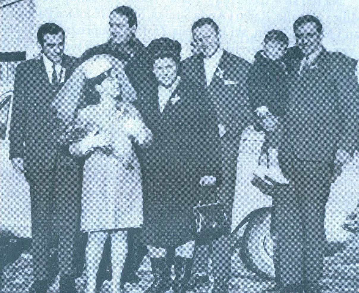 Sa svadbe VLADA i MACE MITRANIĆ (do njih su, s lijeva na desno, Vladov brat od strica VESELIN, Vladov rođeni brat LjUBINKO sa suprugom SMILjOM i brat od strica DUŠAN sa sinom NEBOJŠOM