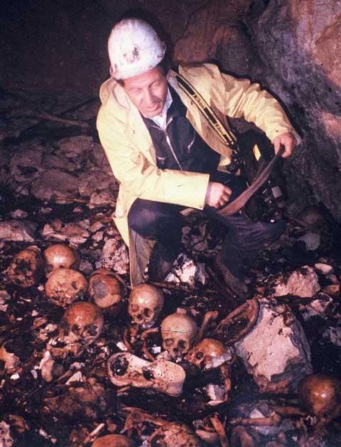 Budo Simonović na dnu jame Ravni Dolac