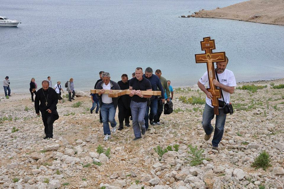 Bogotražitelji uznose Časni krst na Slanu, mjesto logora smrti 1941. Ostrvo Pag, Hrvatska. FOTO: Aleksa Stojković