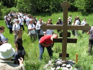 Ходочасници на мјесту логора Јадовно на Велебиту.