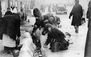 Gradani_Lenjingrada_zima_1942.jpg