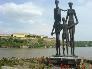 Spomenik_zrtvama_racije_u_Novom_Sadu.jpg