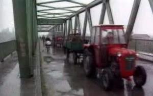 Kolona_izbjeglica_bjezi_iz_Zapadne_Slavonije_maja_1995.jpg