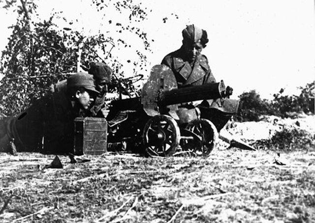 Mitraljesci IV bataljona XVI muslimanske brigade za vreme borbe sa ustašama na položaju kod Odžaka, maja 1945. (Foto www.znaci.net)