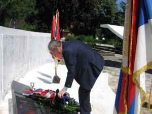 Polaganje_vijenaca_na_spomenik_poginulim_borcima_u_Ribniku.jpg