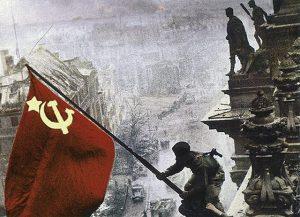 Sovjetski vojnik postavlja zastavu na njemački Rajhstag u Berlinu 1945.