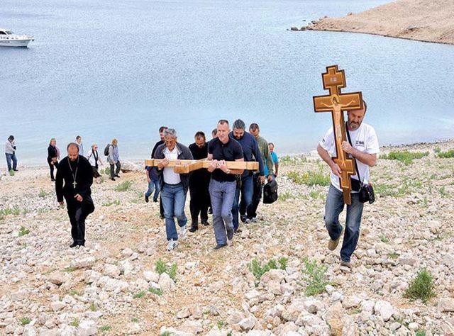 Iznošenje Časnog krsta na mjesto logora