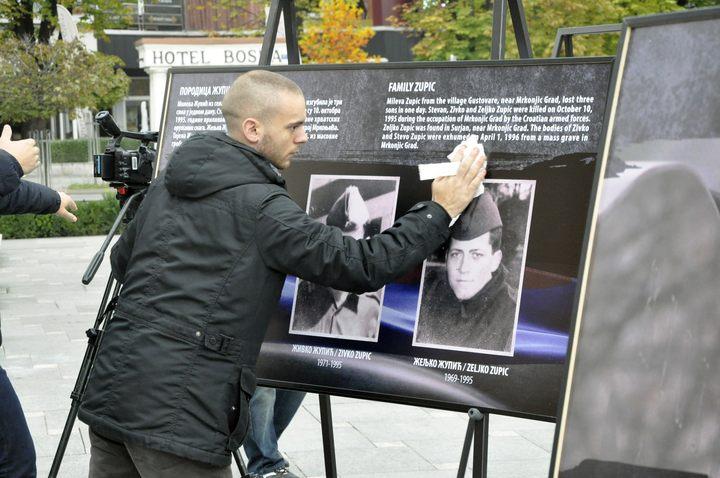 Ispred Hrama Hrista Spasitelja u Banjoj Luci otvorena je izložba fotografija nastalih tokom snimanja dokumentarnog filma ''Djeca''