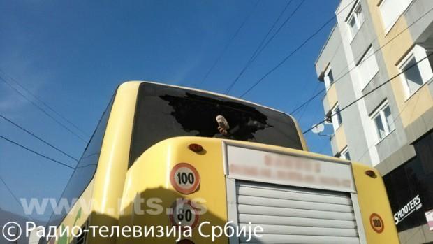 Autobus s vjernicima kamenovan u Peći