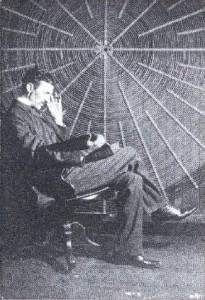 Никола Тесла испред свог калема