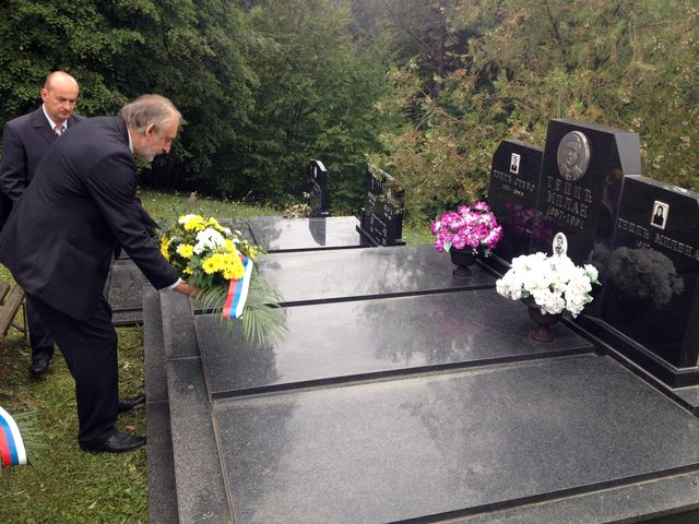 Полагање виjенаца на гроб маjора Милана Тепића