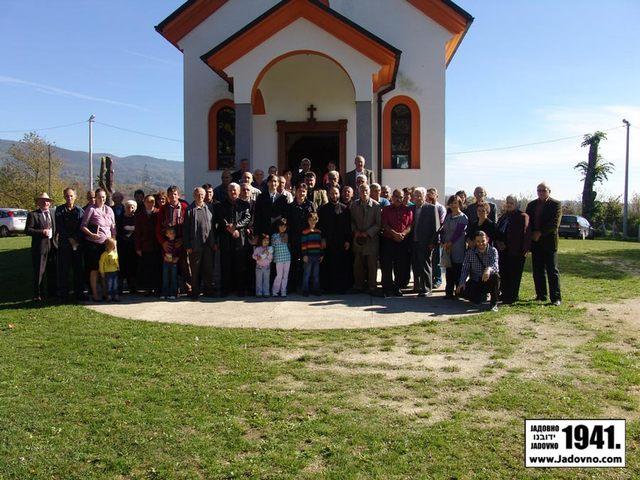 Potomci i poštovaoci srpskih žrtava Velikog Palančišta ispred crkve Uspenja Presvete Bogorodice oktobra 2012. godine