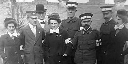 Prva ekipa Crvenog krsta sa hirurgom Van Tihovenom (drugi s leva) uputila se skoro odmah po izbijanju rata u Valjevo
