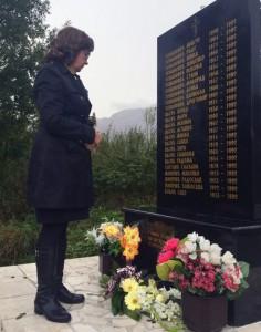 Ambasador SAD u BiH Morin Kormak kod spomen-obilježja stradalim Srbima iz Ledića