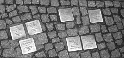 Berlin se podsetio prognanih i ubijenih sugrađana postavljanjem bronzanih kocki u trotoaru ispred zgrada gde su živeli