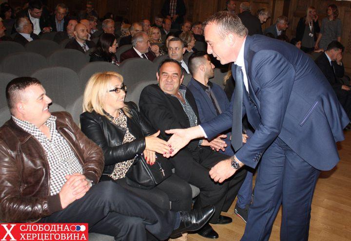 """Direktor RTRS-a Draško Milinović se pozdravlja sa članovima porodica i protagonistima filma """"Djeca"""""""