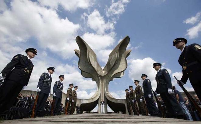 Hrvatski gardisti ispred spomenika u Jasenovcu