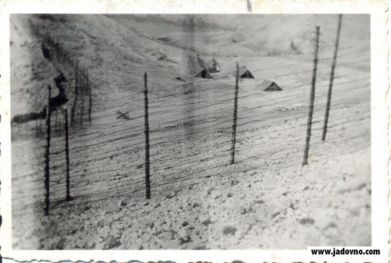 Sve barake u Slani bile su ograđene bodljikavom žicom u nekoliko redova