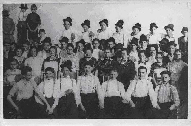 Slika 1. Meštani Opštine Crkveni Bok, na svečanosti 1938. god. (Foto: B. Turajlić)