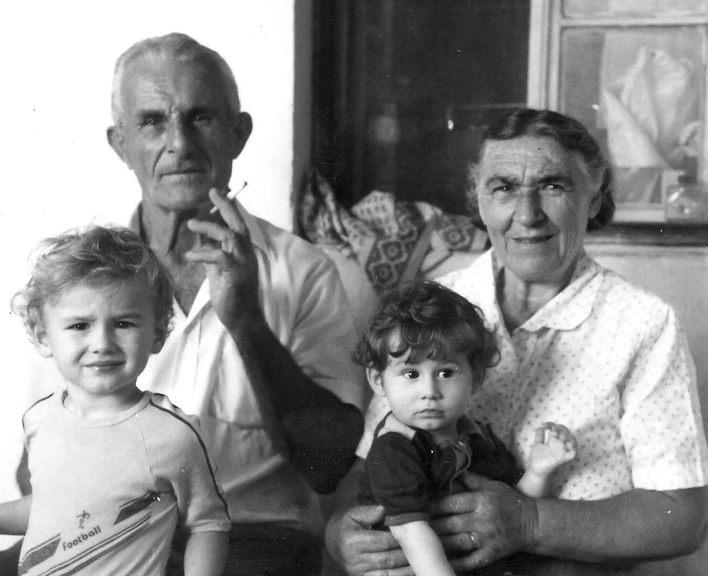 Mirko i Mara sa unucima