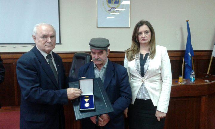 Недељко Митровић уручио одликовања члановима породица седморице несталих бораца