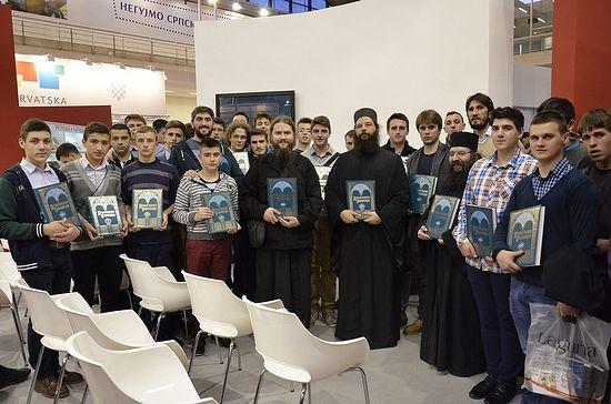 Na Sajmu knjiga sa učenicima Bogoslovije u Prizrenu