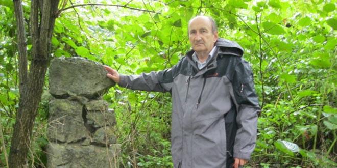 Miroslav Maksimović kod ostataka kuće Uzelaca u selu Miostrah kod Cazina, BIH