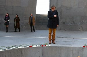 Прослављени српски редитељ Емир Кустурица посјетио је меморијал посвећен Јерменима, жртвама геноцида, гдје је прије пет и по година, приликом прве посјете Јерменији, засадио дрво