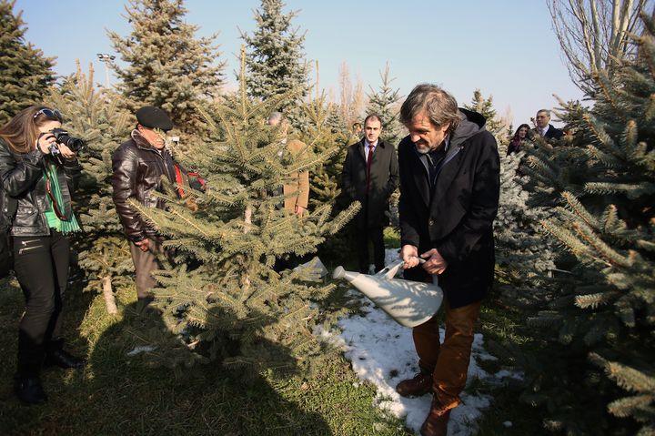 Proslavljeni srpski reditelj Emir Kusturica posjetio je memorijal posvećen Jermenima, žrtvama genocida, gdje je prije pet i po godina, prilikom prve posjete Jermeniji, zasadio drvo