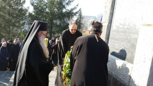 Његово преосвештенство епископ зворничко-тузлански Хризостом положио је вијенац на спомен- костурницу жртвама добојског логора.