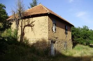 Kuća u selu Vojmisliće, Zubin Potok, je poodavno zakatančena