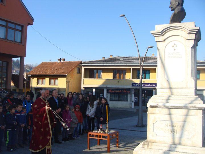 U Mrkonjić Gradu danas je služen parastos i položeni vijenci povodom 91 godine od podizanja spomenika kralju Petru Prvom Karađorđeviću Mrkonjiću.