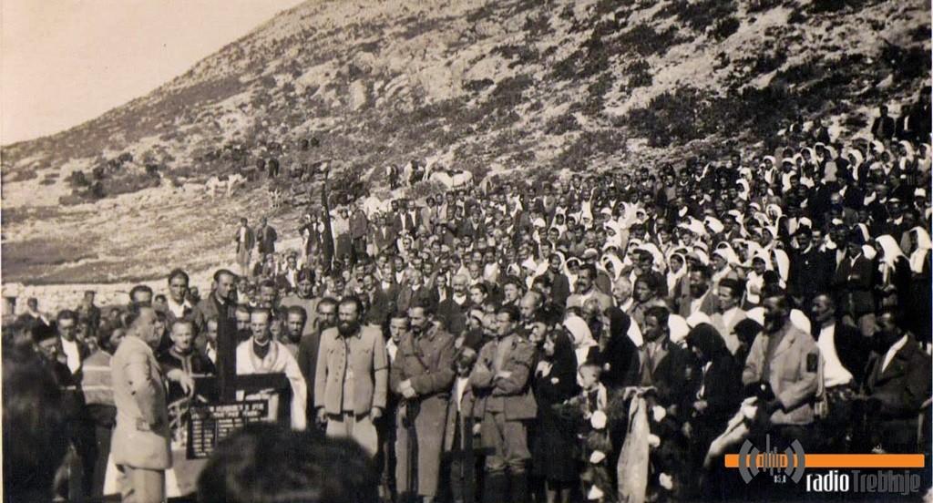 На сахрани бесједио и високи политичар четничког покрета Доброслав Јевђевић (у свијетлом одјелу, наслоњен на крст)