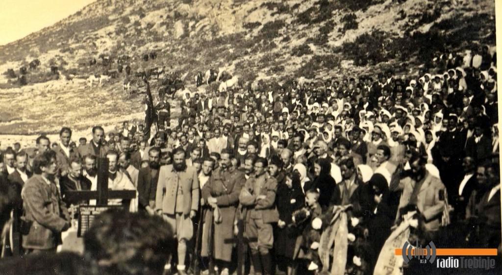 Бесједи потпуковник Петар Баћовић, командант ЈВуО у источној Босни (лијево од крста)